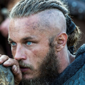 Ragnar Lothbrok kapsel zijkant-geschoren met lang gevlecht haar