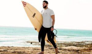 bebaarde surfer