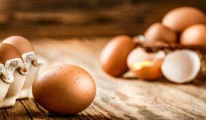 eieren op een houten tafel