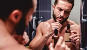 kijken naar baardgroei olie fles