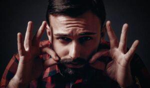 man die ricinusolie op zijn baard smeert