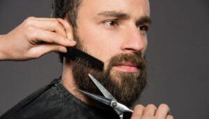 man die zijn baard laat knippen