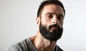 man met dikke donkere baard