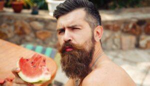 man met een dikke baard en een vlekkerige wang
