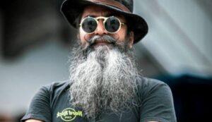 man met een zeer lange baard
