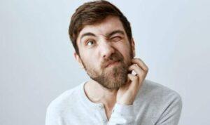 man met jeukende baard