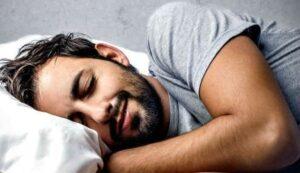 slapende man met een baard