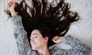 Hoe bescherm je lang haar als je slaapt